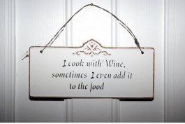 Plåtskylt I cook with wine